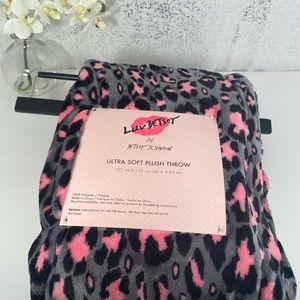 🆕Betsey Johnson Pink & Grey Leopard Throw Blanket